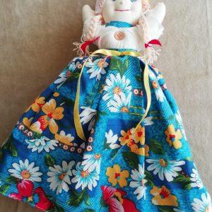 skudurinė lėlė su marga suklene