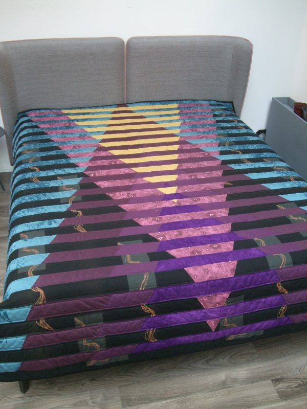 tamsių atspalvių lovos užtiesalas padėtas ant lovos
