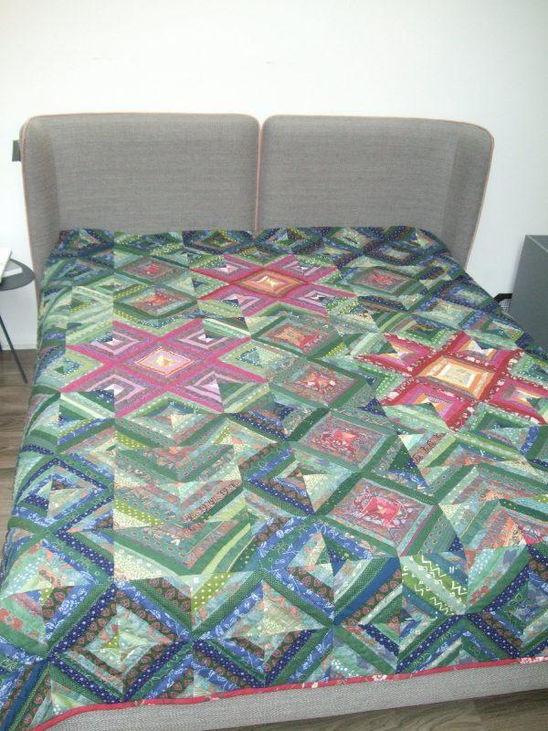 lovos užtiesalas iš skiautinių įvairių spalvų užtiestas ant lovos