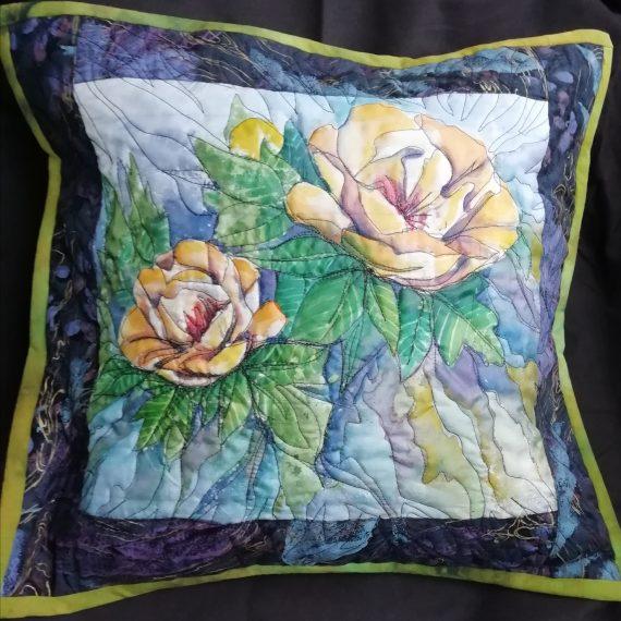 rankų darbo dekoratyvinės pagalvėlės su geltonomis rožėmis