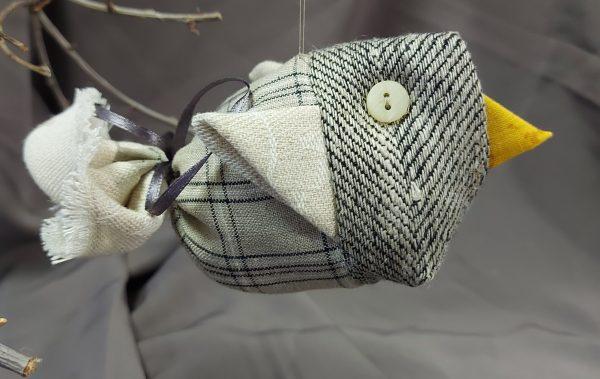 rankų darbo lininis paukštukas pakabintas ant šakos