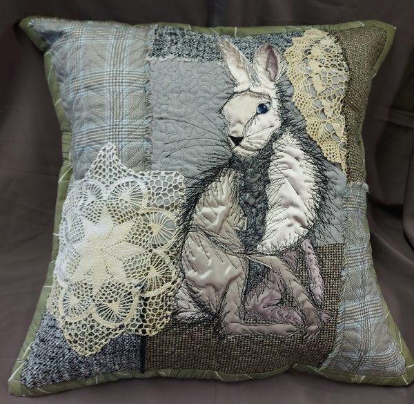 rankų darbo dekoratyvinė pagalvėlė su zuikiu