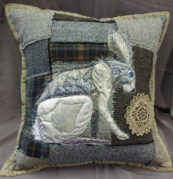 rankų darbo pagalvėlė su zuikio piešiniu