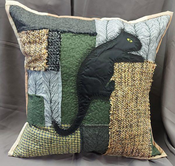 rankų darbo pagalvė dekoratyvinė su juodu katinu