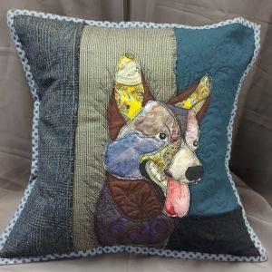 dekoratyvinė pagalvėlė su šuns atvaizdu rankų darbo