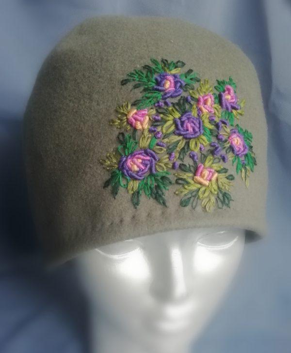 rankų darbo paltinio audinio kepurė uždėta ant manekeno galvos