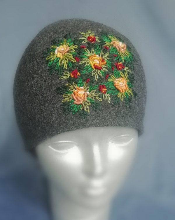 rankų darbo siuvinėta kepurė uždėta ant manekeno galvos