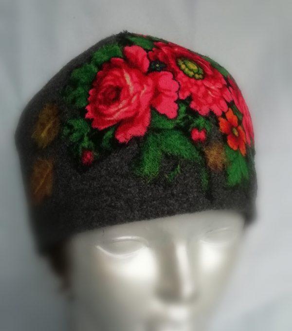 rankų darbo vilnonė kepurė uždėta ant manekeno galvos