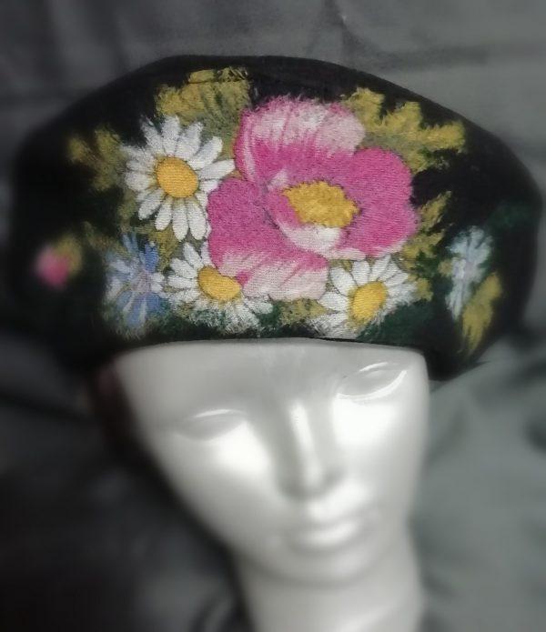 rankų darbo vilnonė beretė uždėta ant manekeno galvos