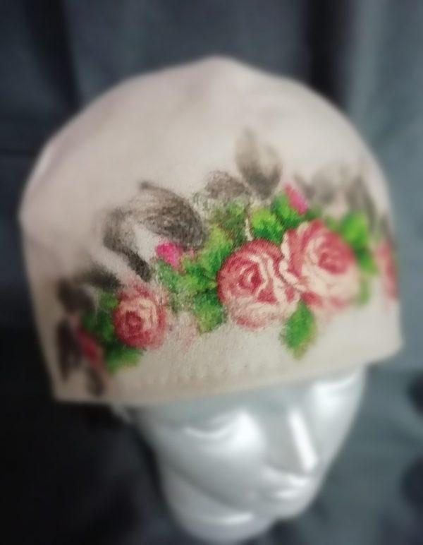 rankų darbo smėlinė vilnonė kepurė uždėta ant manekeno galvos