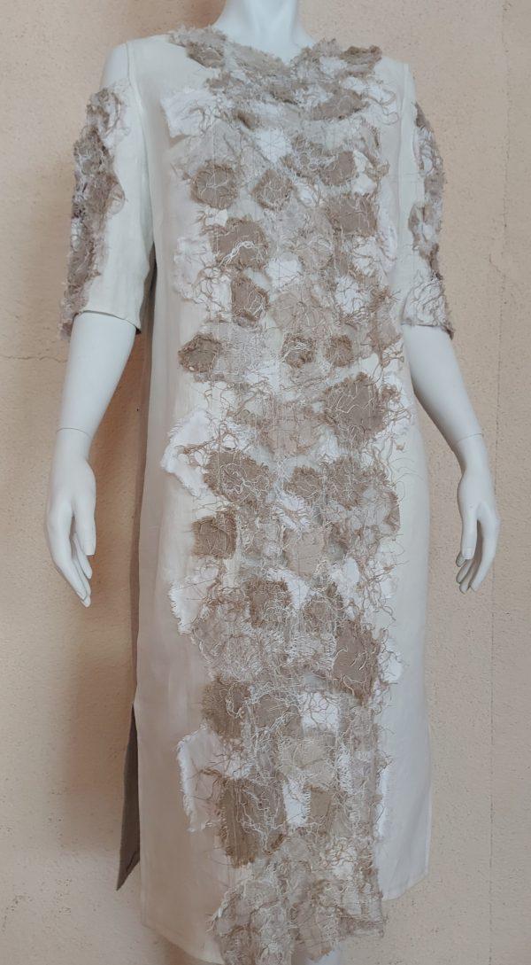 smėlinės spalvos lininė suknelė ant manekeno