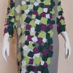 įvairiaspalvė lininė suknelė uždėta ant manekeno